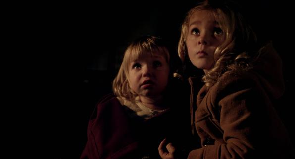 Lilly (Isabelle Nélisse) et Victoria (Mégan Charpentier). Mama?