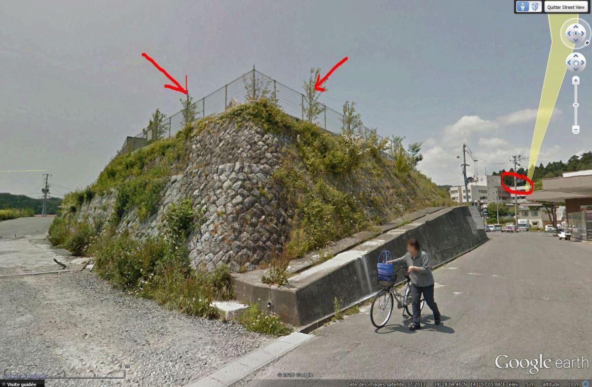 Spot anti-tsunami, Yamada, Iwate. Au fond, entouré, l'Hotel de ville.